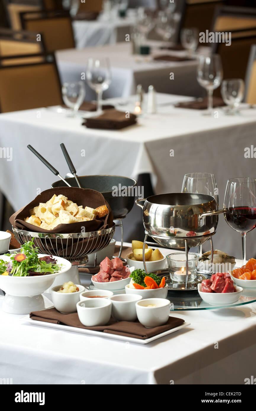 Placa de fondue en un restaurante. Queso, aceite tradicional, y fondue de chocolate Imagen De Stock