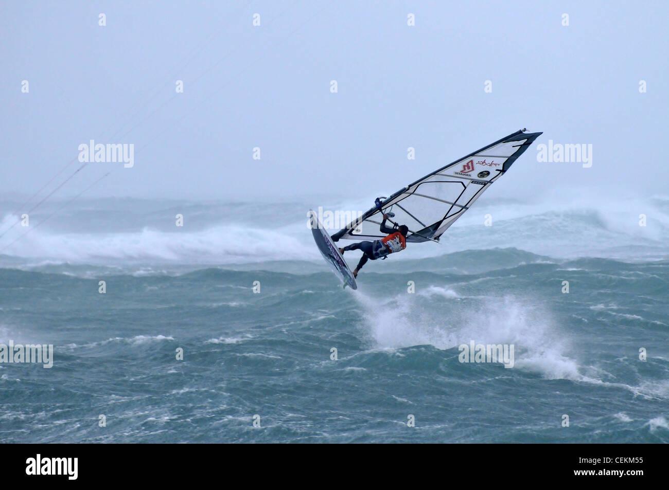 Storm Rider 2012, la competencia en el surf de viento israelí Bat Galim, Haifa.Febrero 17, 2012 . Foto por Imagen De Stock