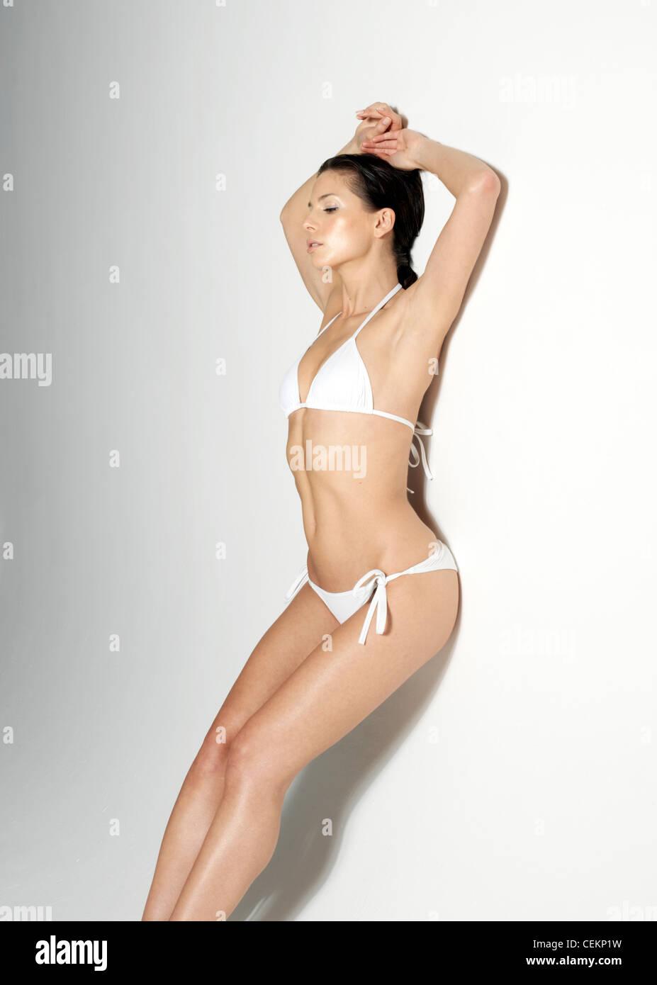 Morena Cabello Bikini Con Mujeres Blanco Contra Vistiendo Recostado UMpqSzV