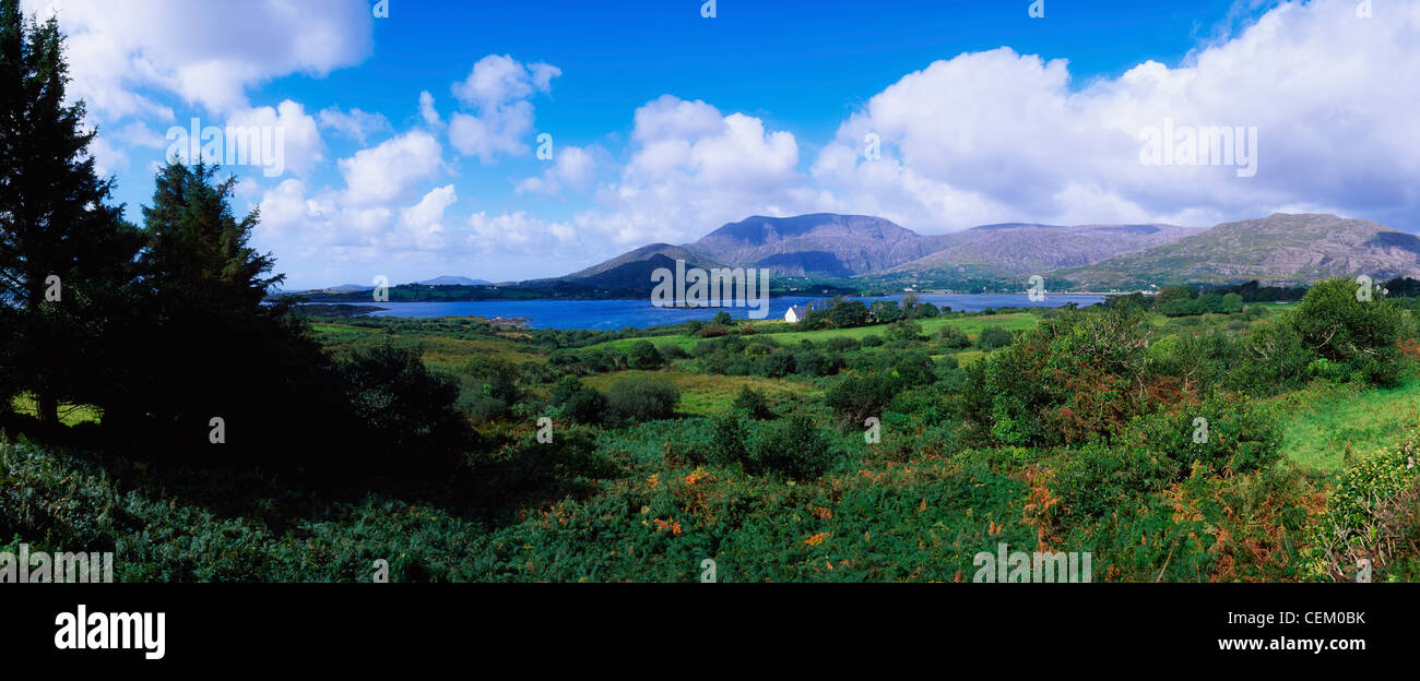 Co Cork Hill, hambrientos, Adrigole Puerto & Village, Irlanda Foto de stock