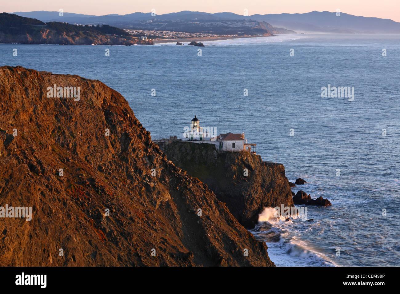 Faro de Punta Bonita en el Marin a la entrada del Golden Gate y la Bahía de San Francisco. Imagen De Stock