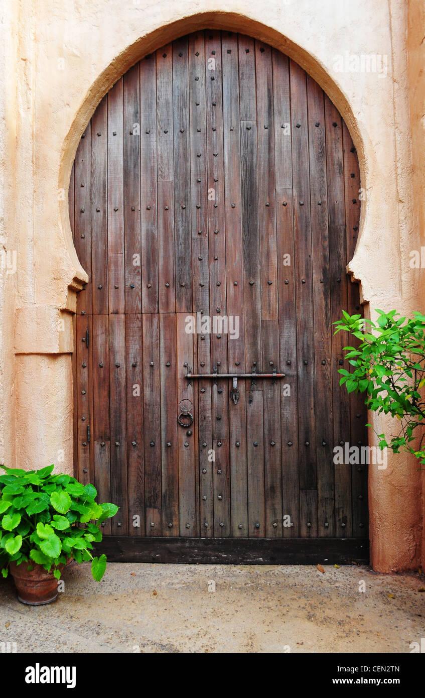 Hermosa puerta de madera en la entrada del edificio de oriente medio Imagen De Stock