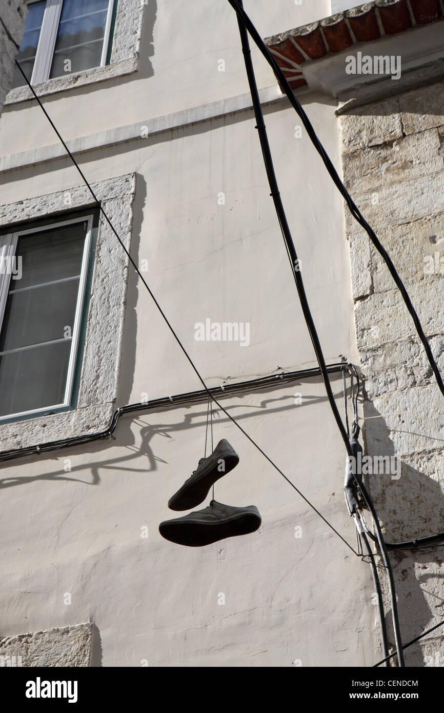 Shoefiti, cultura juvenil rito de pasaje, el centro de Lisboa, Portugal. Imagen De Stock