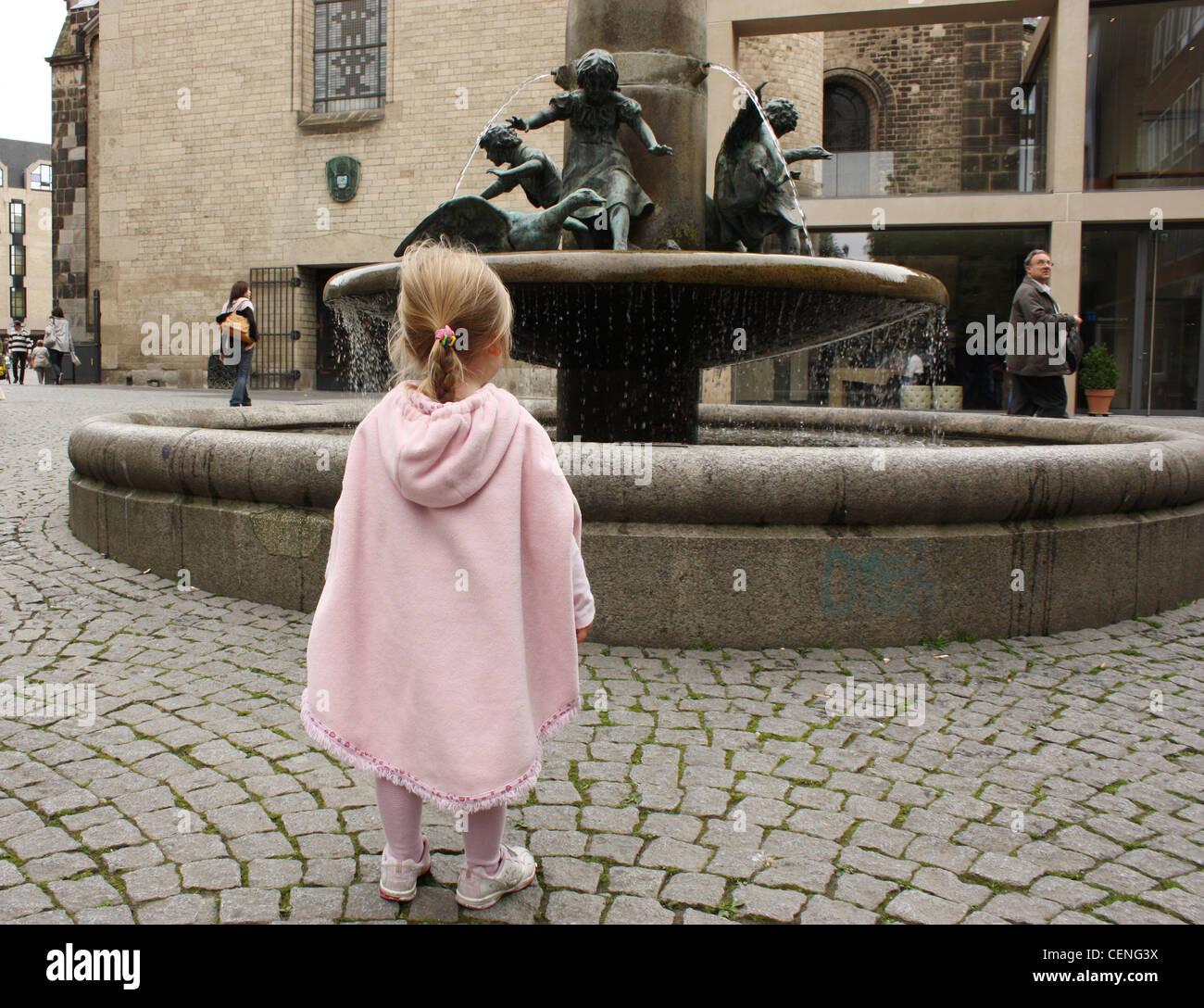 Pink Poncho Imágenes De Stock   Pink Poncho Fotos De Stock - Alamy 1f65cb5adc4