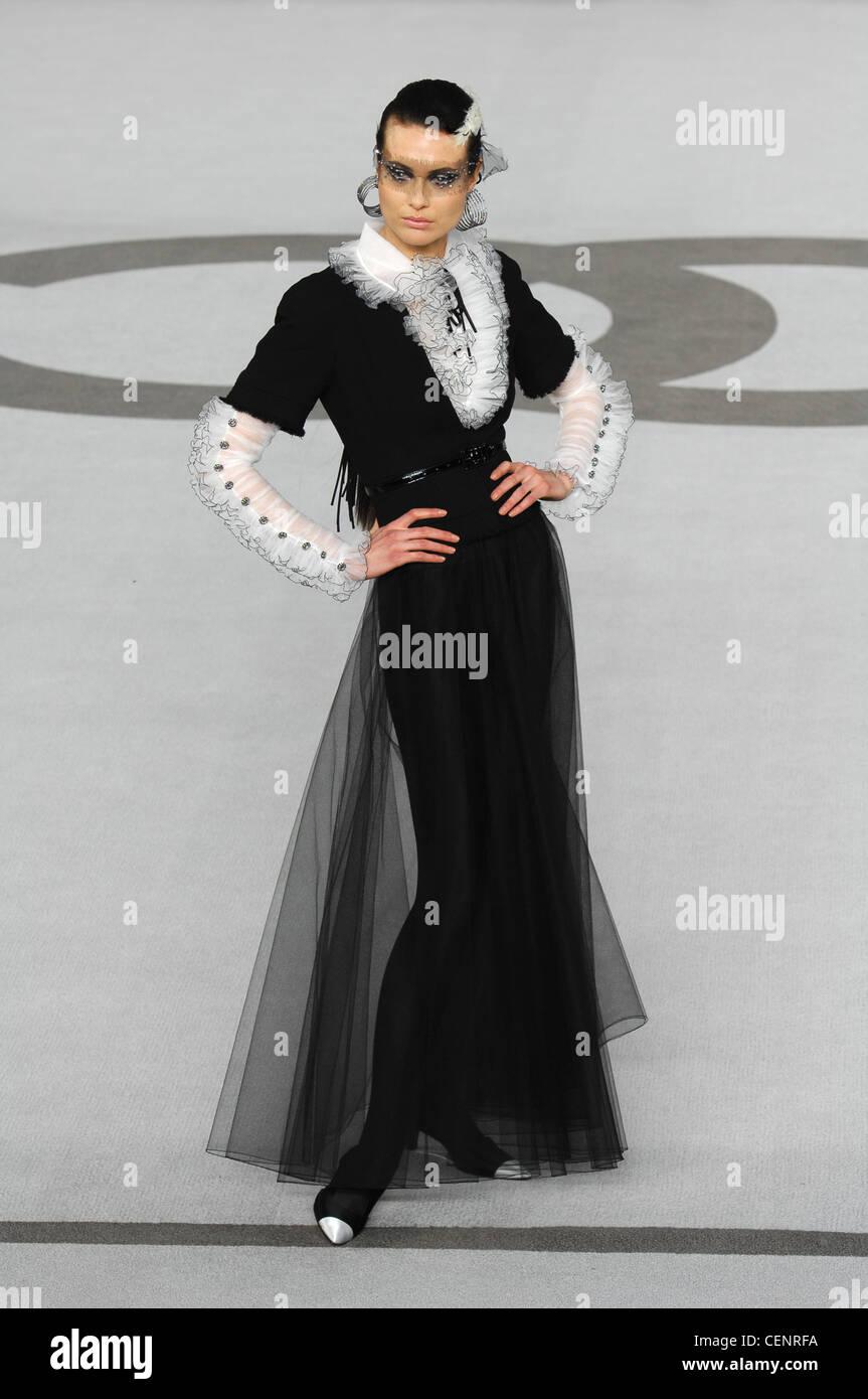 ec21dfcda Paris Haute Couture Chanel Primavera Verano modelo morena pelo facial  vistiendo plumas blancas jewelled negro red