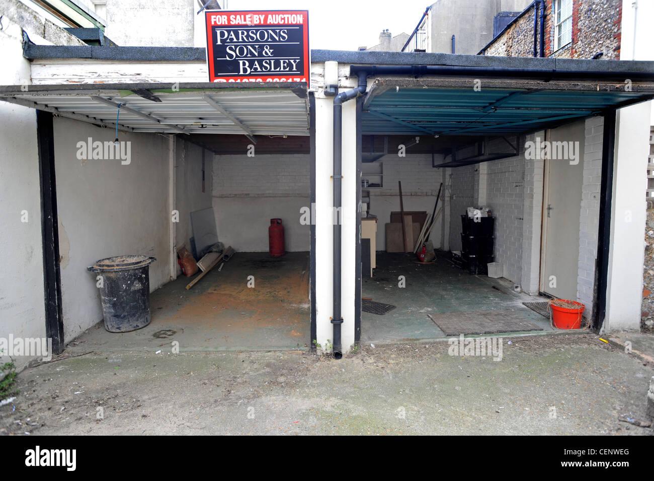Dos garajes residenciales en venta en Brighton con un precio de £60.000 Imagen De Stock