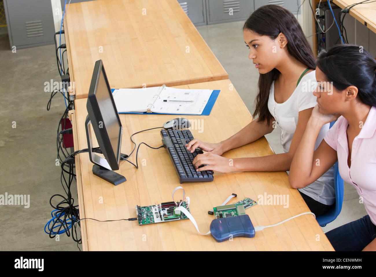Los estudiantes de ingeniería en equipo utilizando el emulador en circuito Imagen De Stock