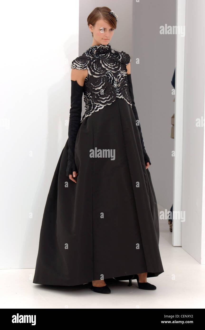 afec48cee Chanel de Alta Costura de París otoño invierno Morena luciendo un modelo  negro vestido de noche