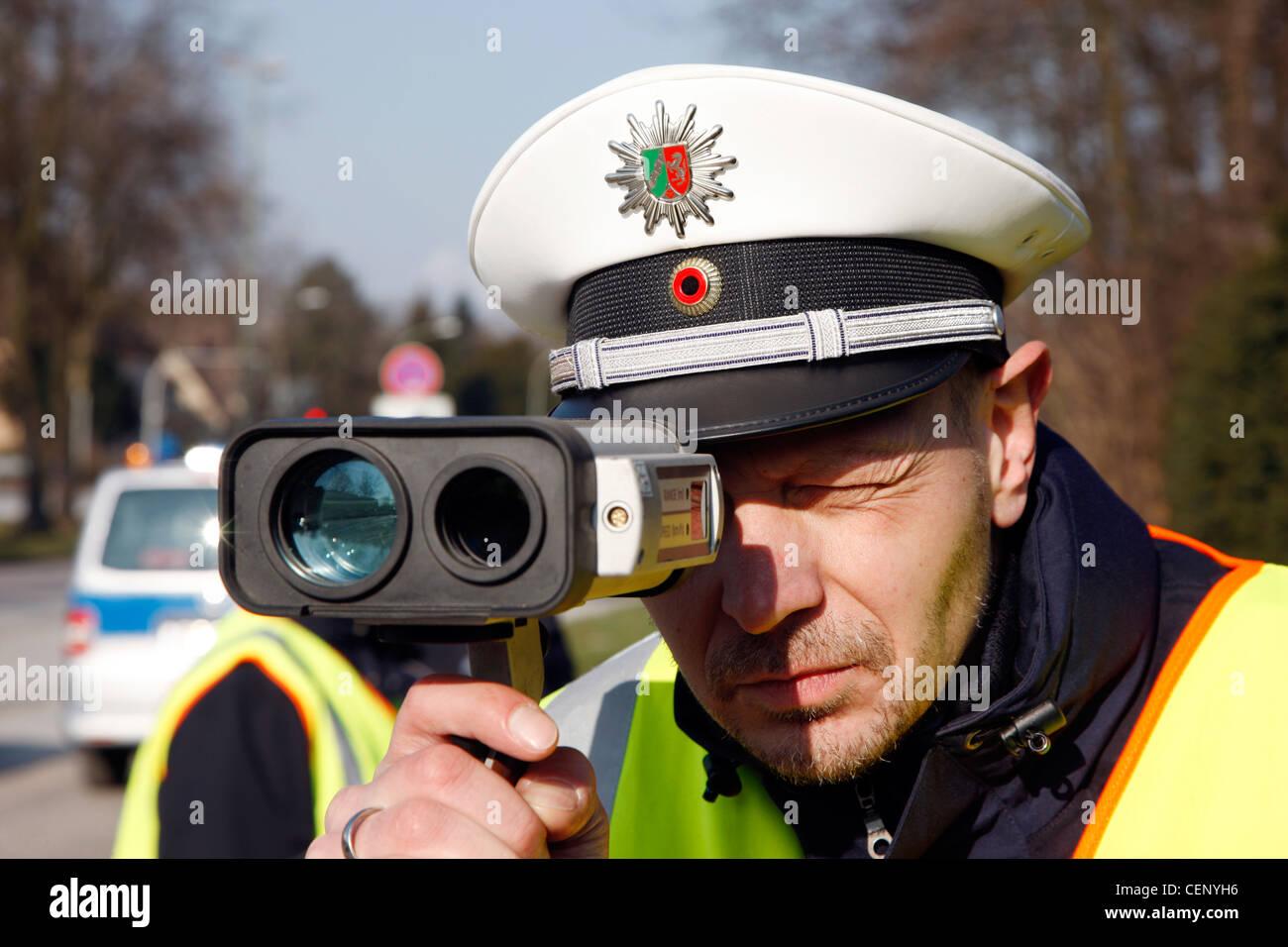 Control de la policía de tráfico, control de velocidad mediante un sistema de medición láser. Imagen De Stock