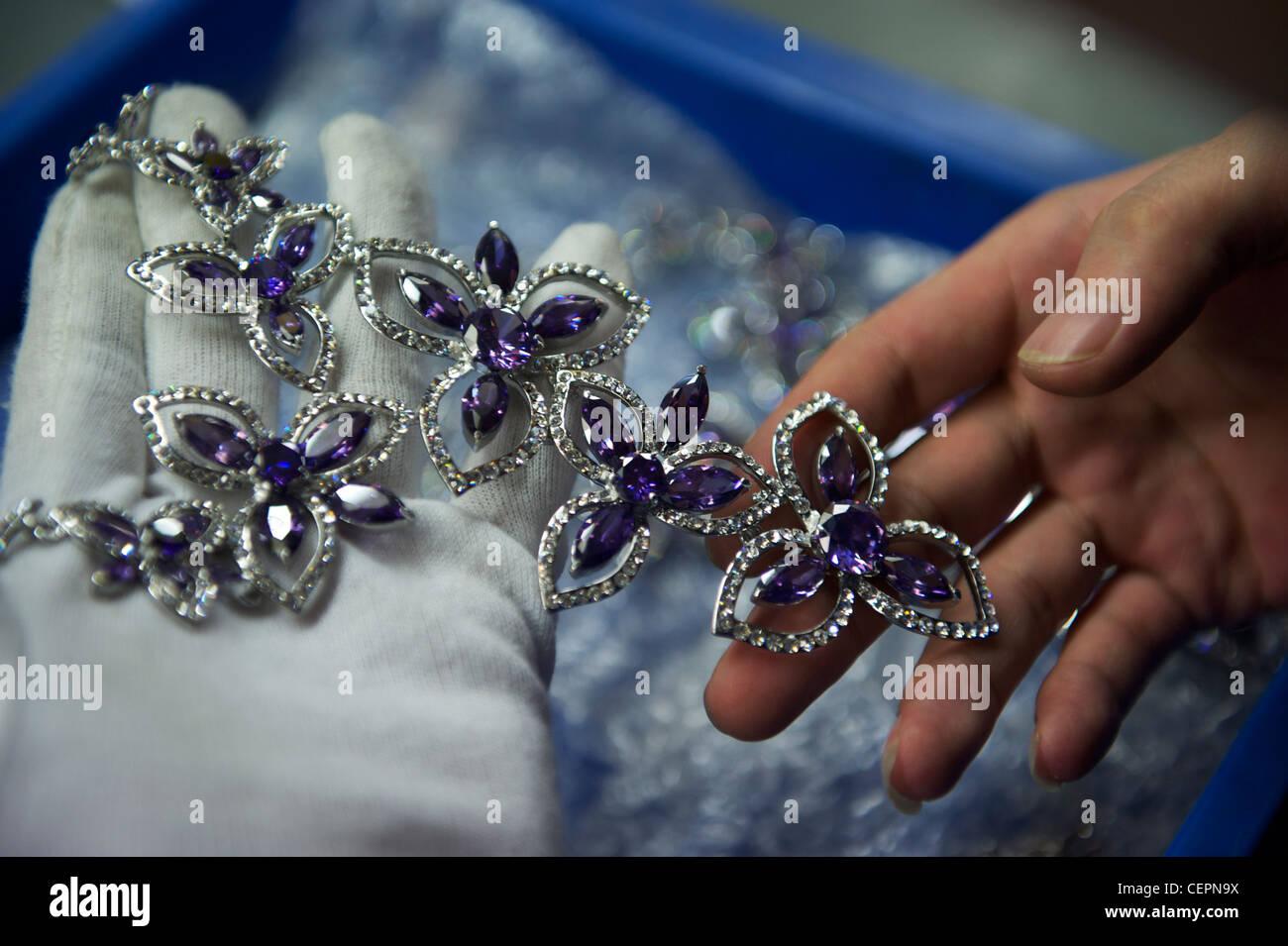 Los empleados realizar bisutería en Zhejiang Neoglory Jewelry Co., Ltd. en Yiwu, Zhejiang, China. 07-Nov-2011 Foto de stock