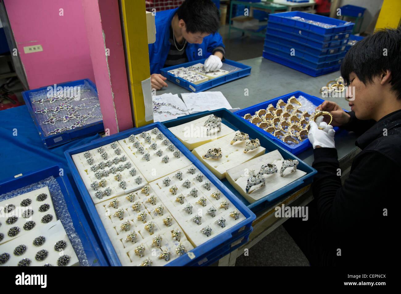 Los empleados realizar bisutería en Zhejiang Neoglory Jewelry Co., Ltd. en Yiwu, Zhejiang, China. 07-Nov-2011 Imagen De Stock