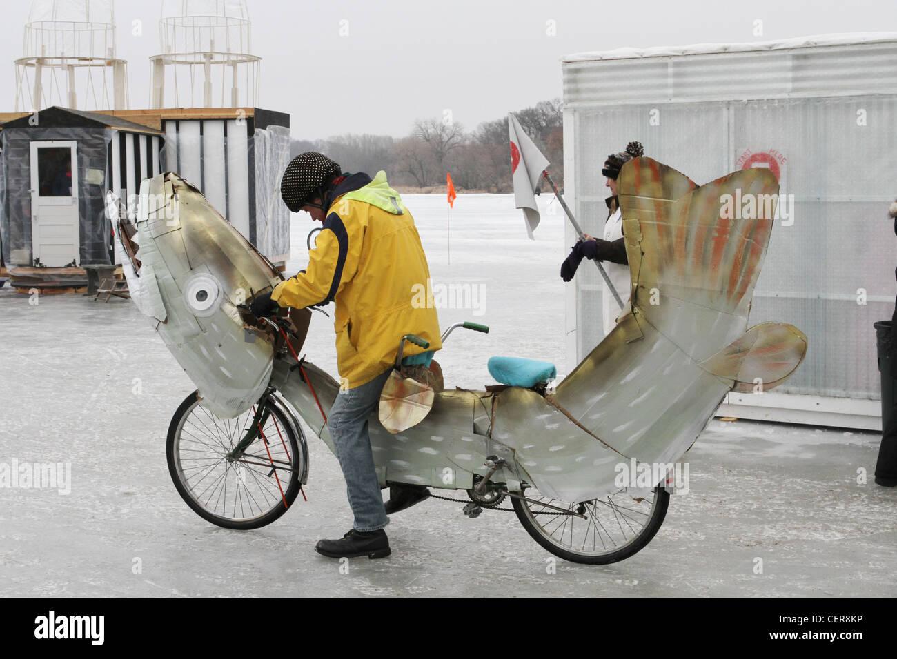 Una persona en forma de bicicleta como un pez en el arte Proyecto chabolas en Minneapolis, Minnesota. Foto de stock