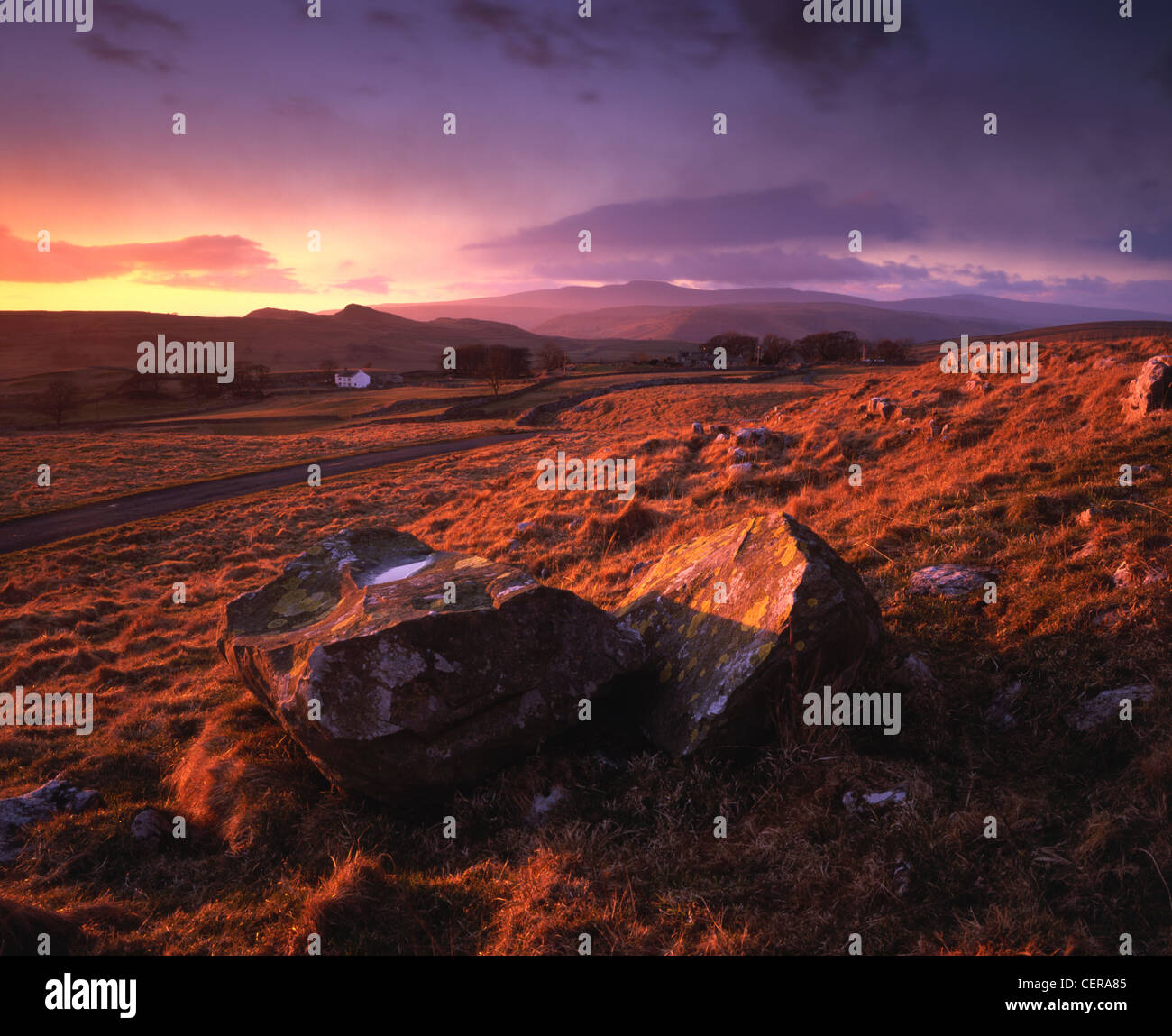 La vista hacia la granja de Winskill Winskill piedras cerca de asentarse en el Parque Nacional de Yorkshire Dales. Foto de stock