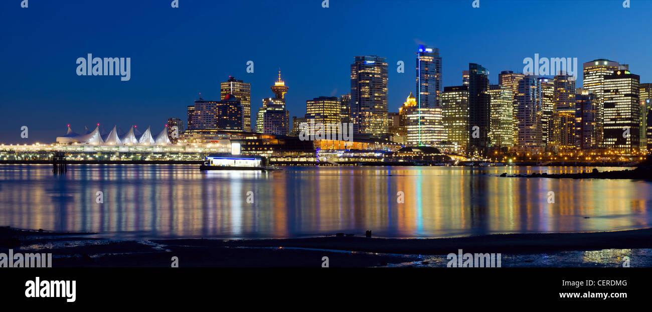 El horizonte de la ciudad de Vancouver, BC Canadá reflexión en Hora Azul Panorama Imagen De Stock
