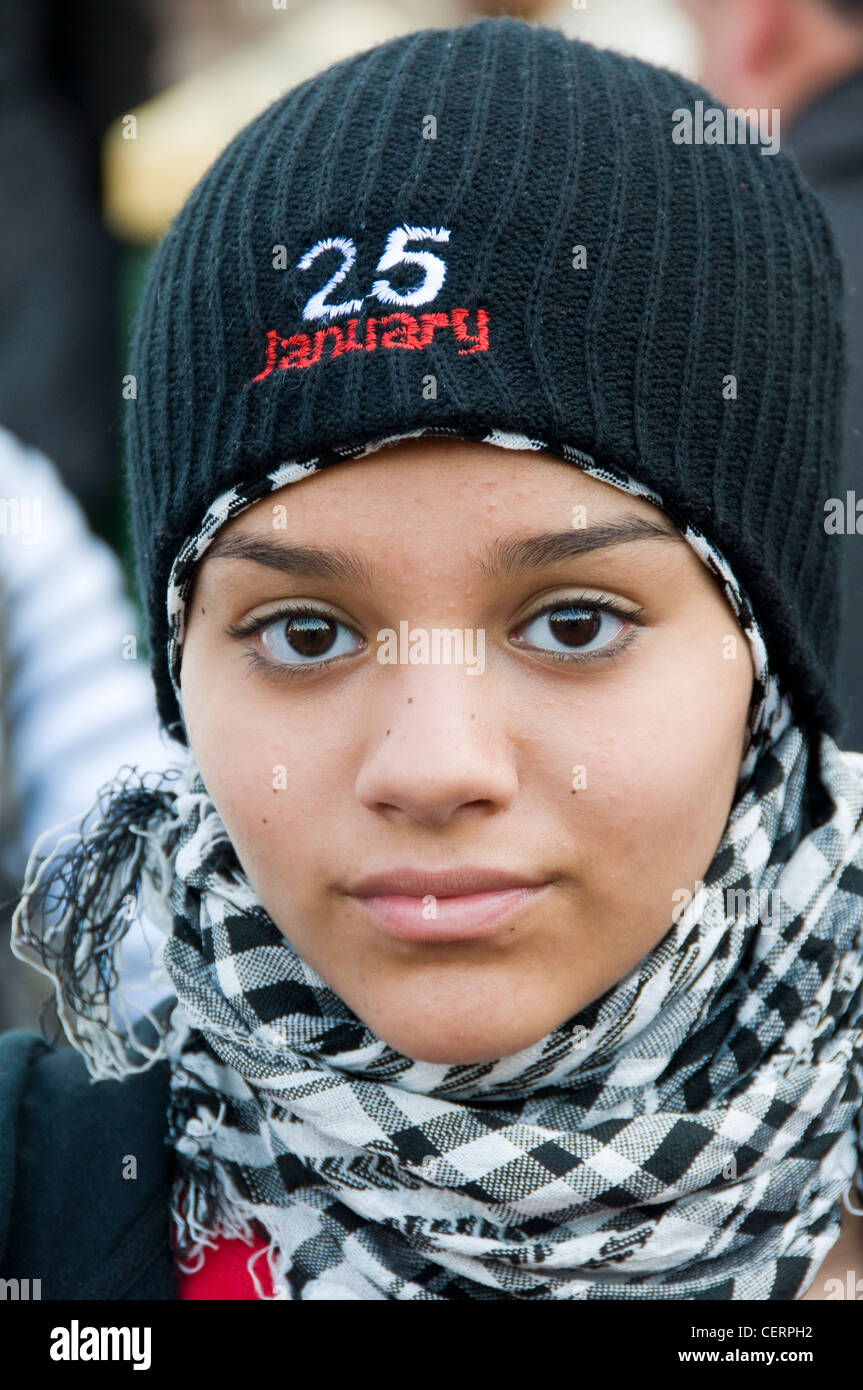 Joven manifestante egipcia en el primer aniversario de la revolución egipcia la plaza Tahrir El Cairo Imagen De Stock
