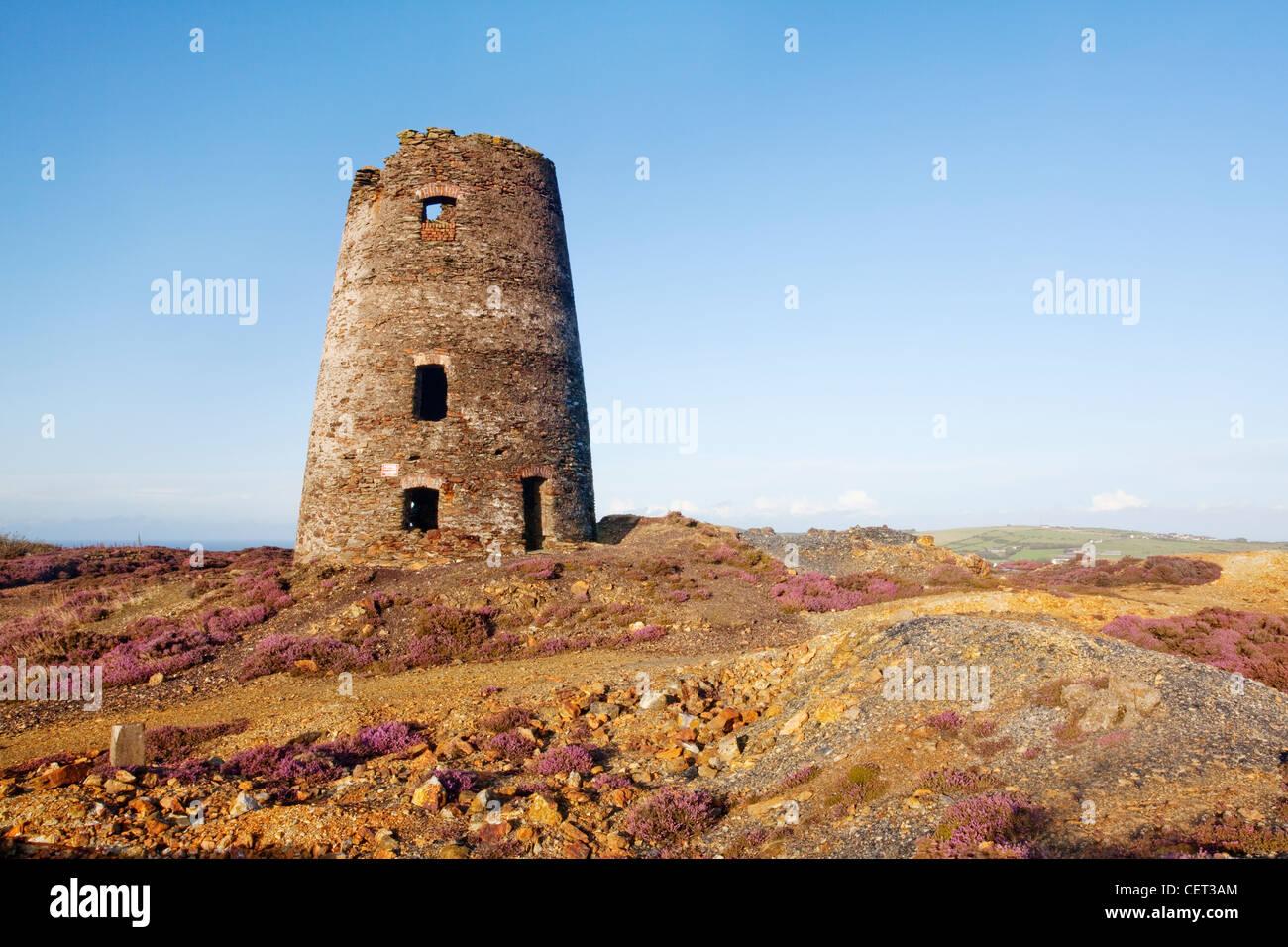 Los restos de un molino de la montaña Parys Amlwch mina de cobre en la isla de Anglesey. La antigua mina de Imagen De Stock