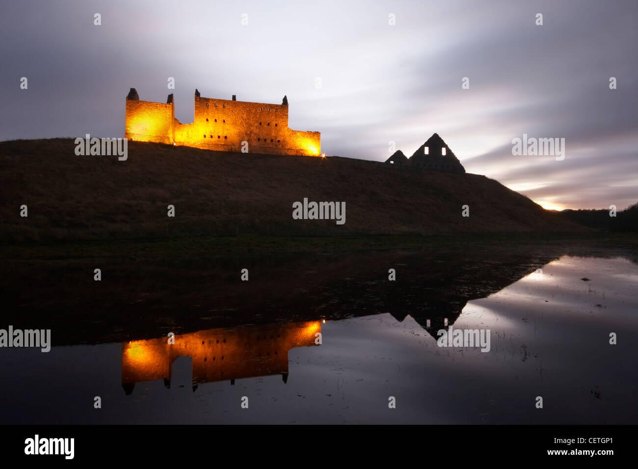 Ruthven Barracks al anochecer. El castillo que una vez estuvo en el sitio de los cuarteles, se dice que fue perseguido Imagen De Stock