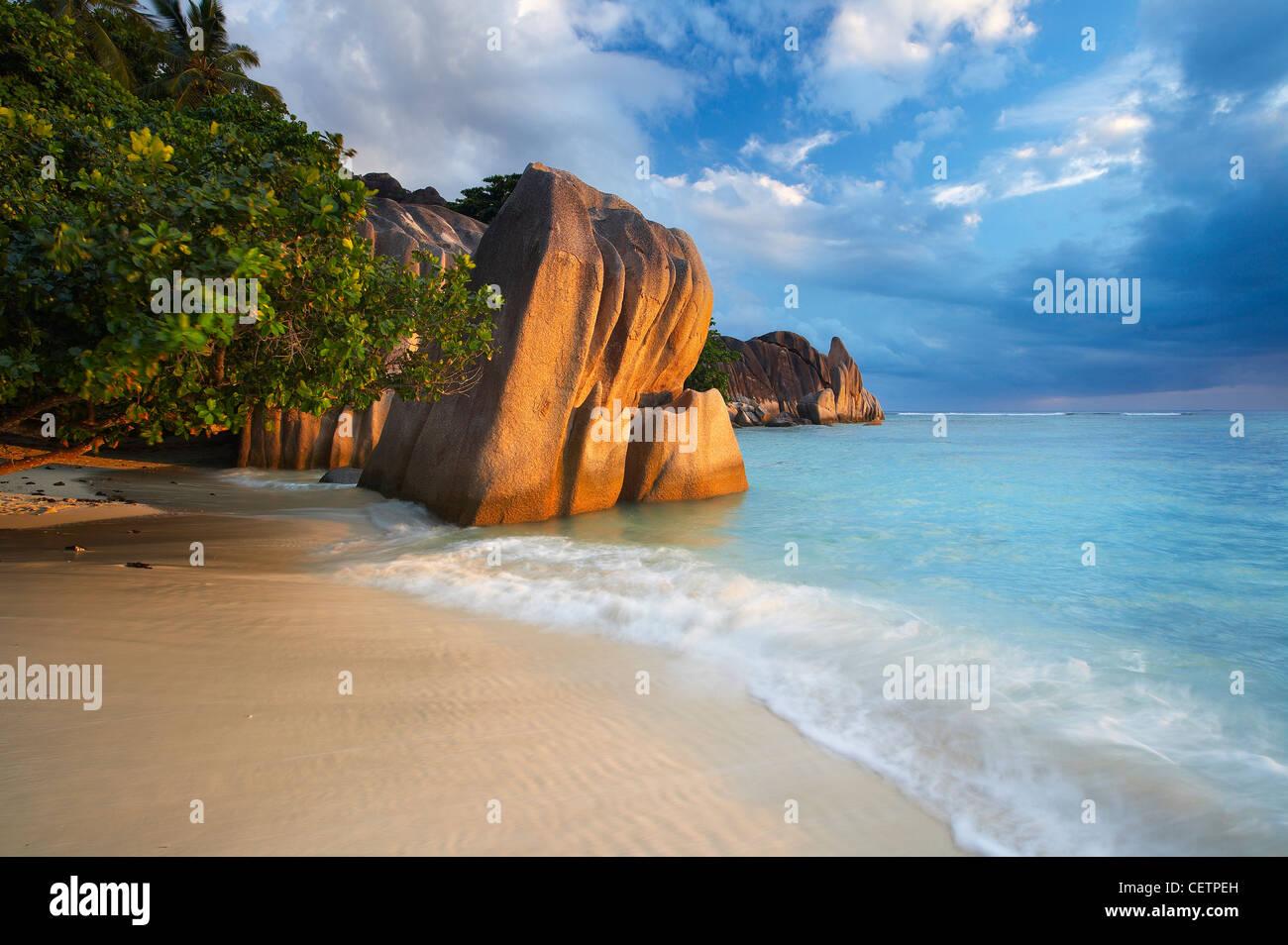 Un espectacular cielo nocturno a través de Anse Source d'Argent, La Digue. Seychelles Imagen De Stock