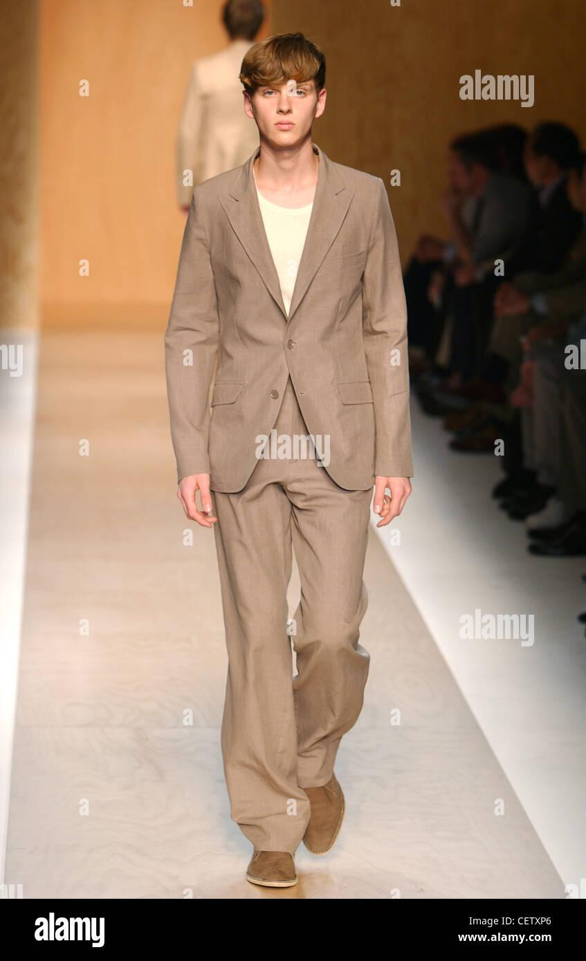 2c49ba2d27650 Calvin Klein Milán moda masculina S S hombres vestidos de beige chaqueta y  pantalones beige coincidente Él está mirando directamente a la cámara otro