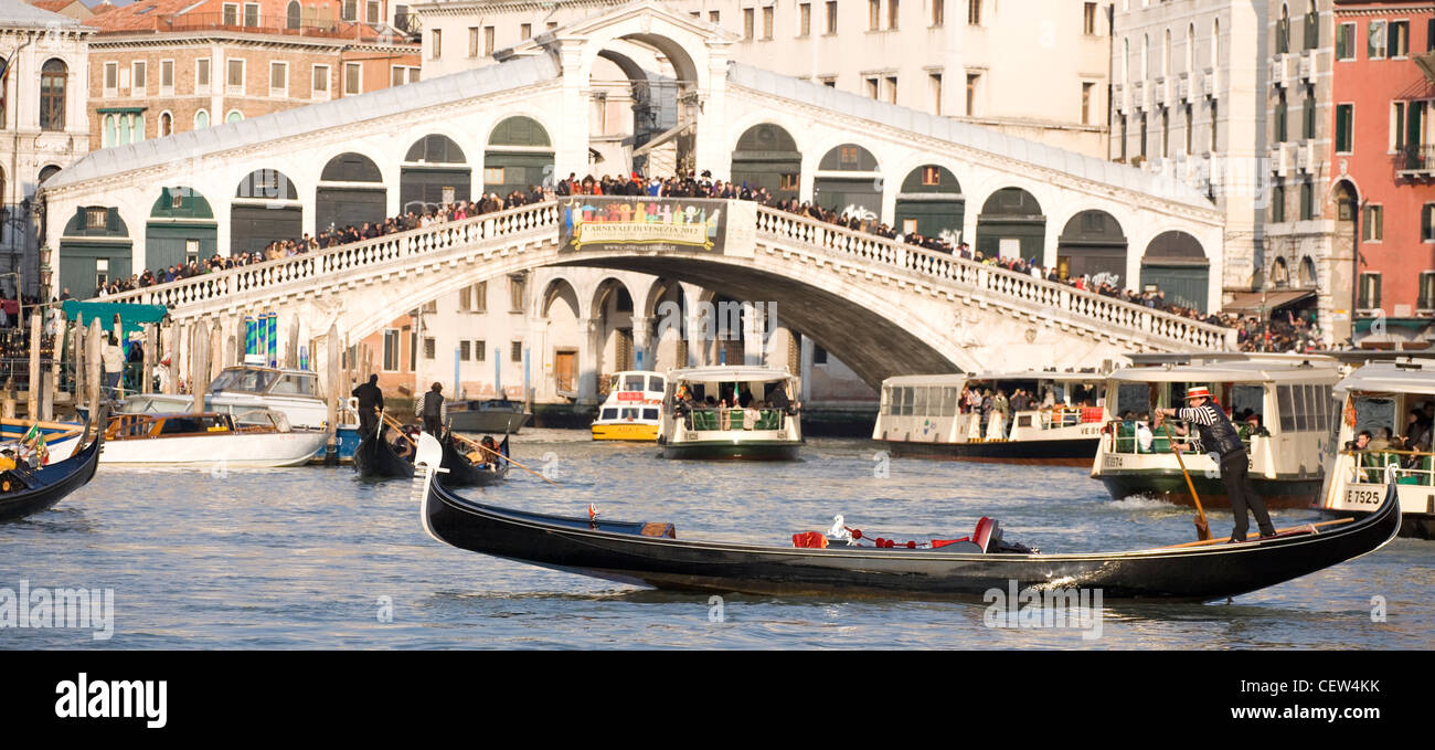 Góndola por el gran canal de Venecia Imagen De Stock