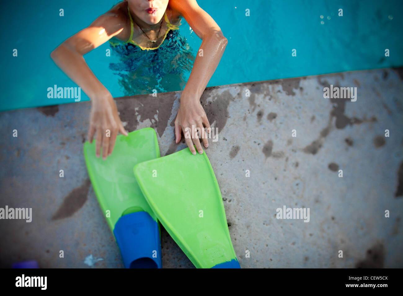 Nadador alcanzar unas aletas en el borde de la piscina Foto & Imagen ...