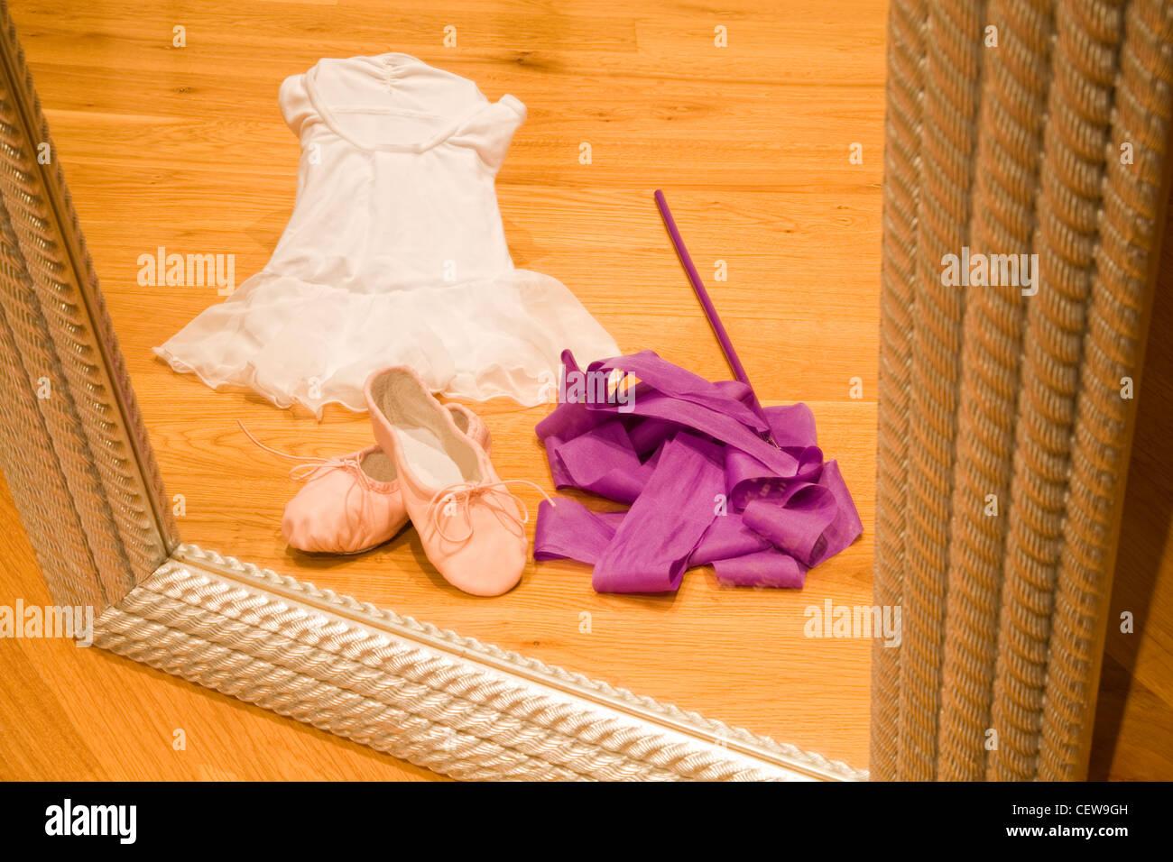 Tutu de ballet, zapatos y cinta vistos a través de un espejo Imagen De Stock
