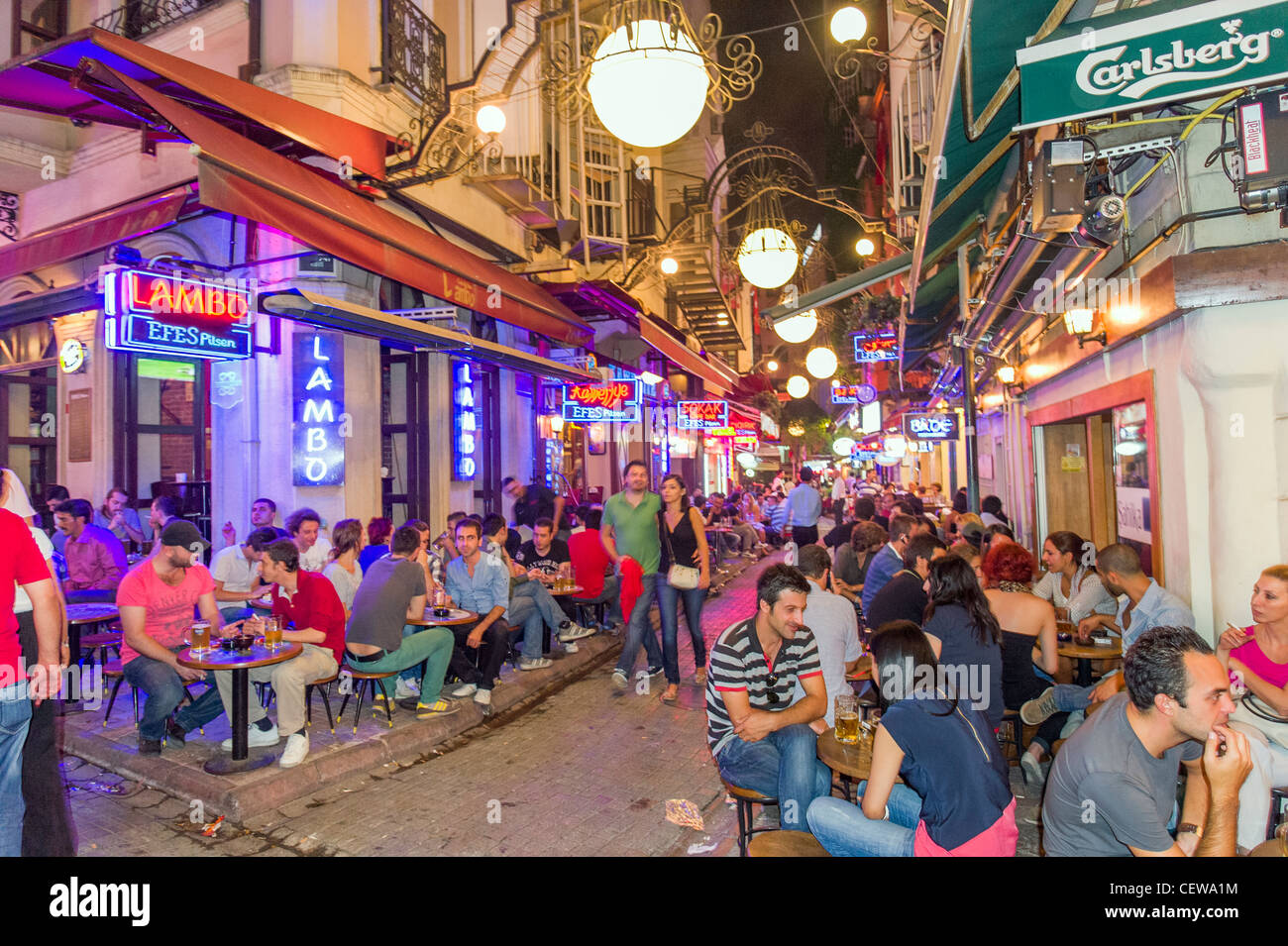 Barras en Nevizade Sokak, Beyoglu, Istanbul, Turquía Imagen De Stock