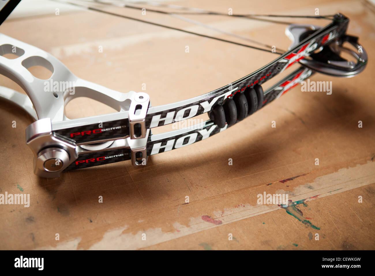 Hoyt Contender Elite arco compuesto en blanco Foto de stock