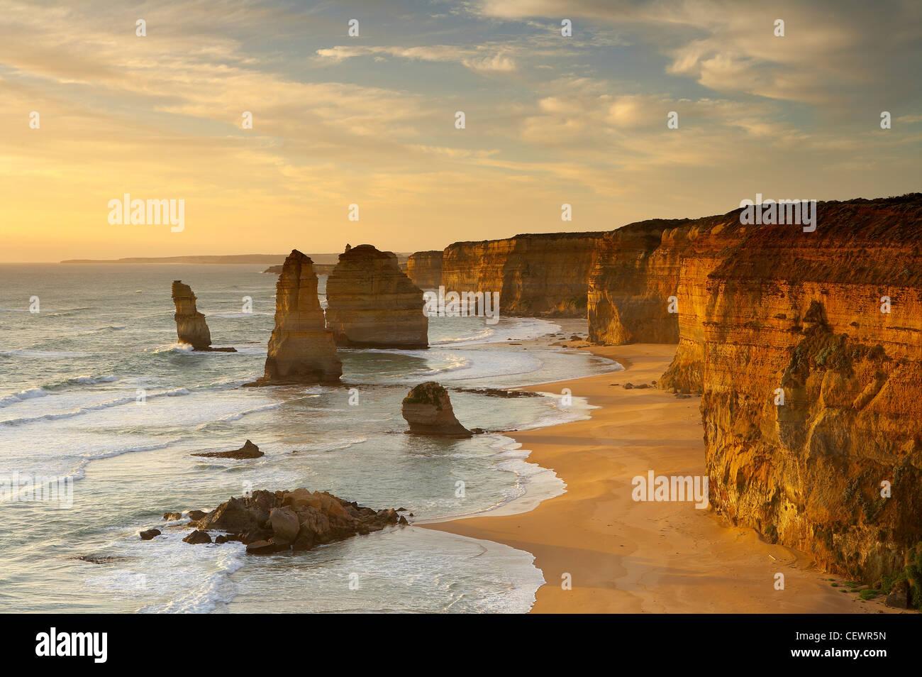La erosionada costa de los Doce Apóstoles, Port Campbell National Park, Great Ocean Road, Victoria, Australia Imagen De Stock