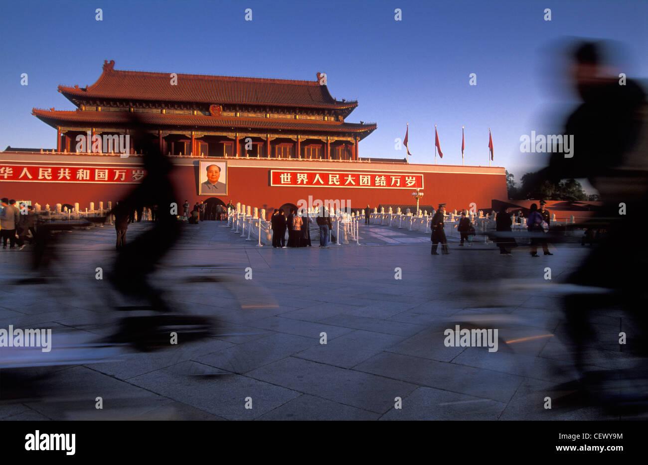 Los ciclistas, La Puerta de Tian'anmen, la Plaza de Tian'anmen, en Beijing, China Imagen De Stock