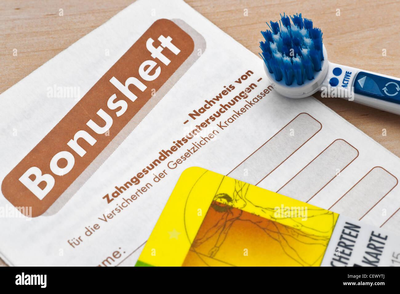 Foto detalle de un dentista folleto de bonificación, un cepillo y una tarjeta de seguro sanitario junto a Foto de stock