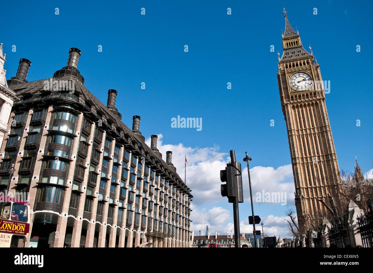 Portcullis House y el Big Ben, Londres, Reino Unido. Foto de stock