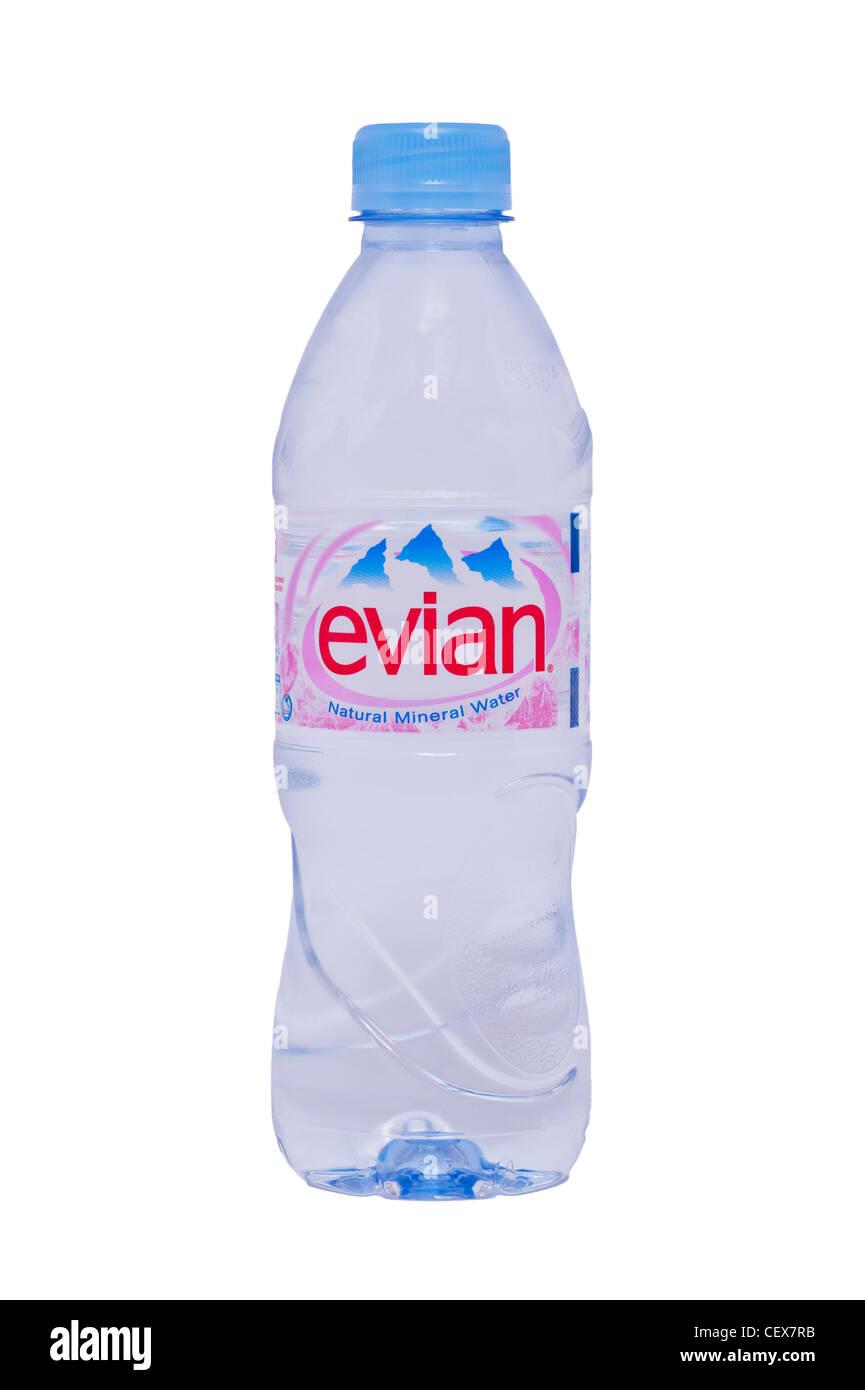 Una botella de agua mineral natural de Evian sobre un fondo blanco. Imagen De Stock