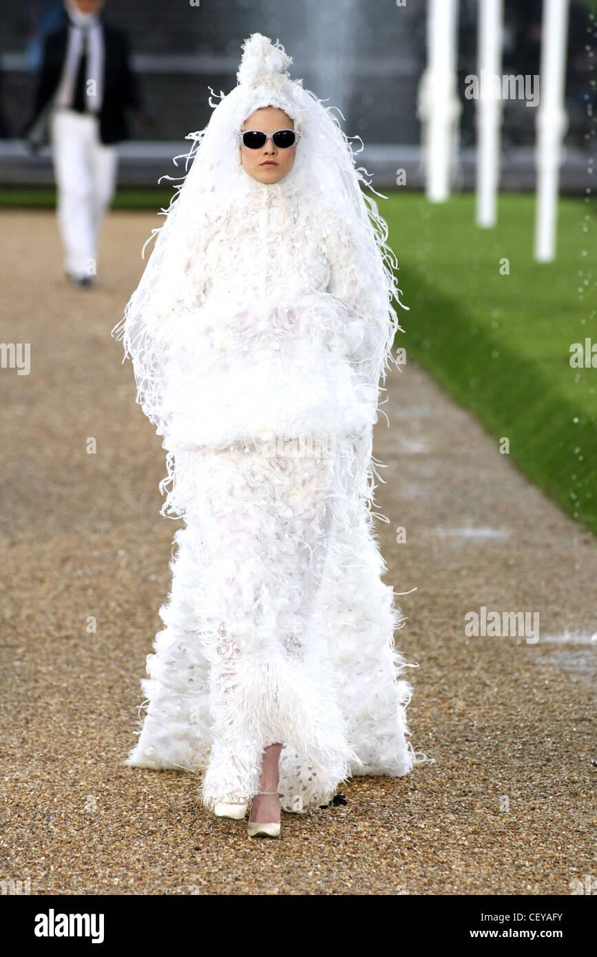 Chanel de Alta Costura de París otoño invierno modelo Suvi Koponen ...