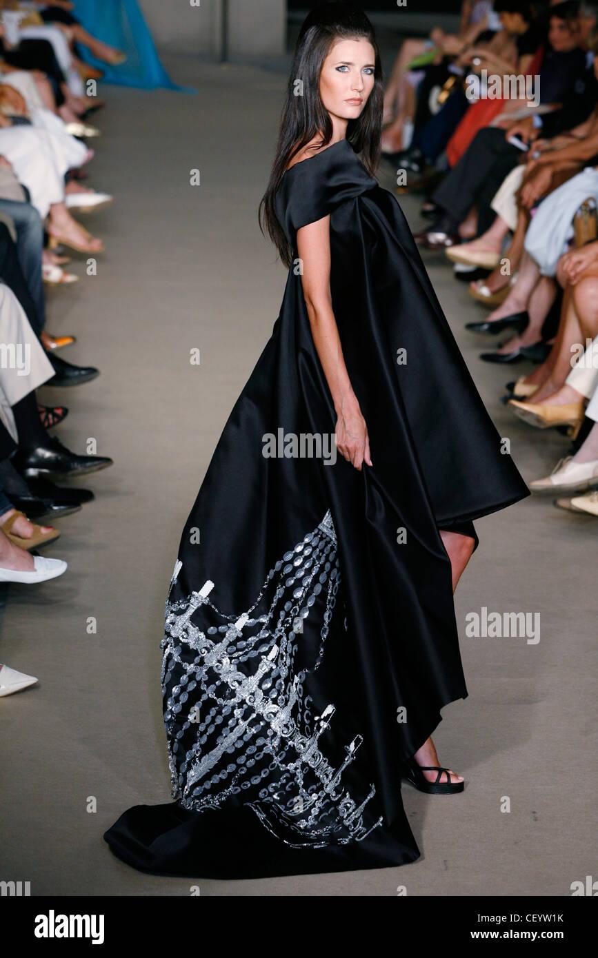 23d40eaaa6 Dominique sirop de Alta Costura de París otoño invierno Morena modelo  femenino vistiendo un traje negro