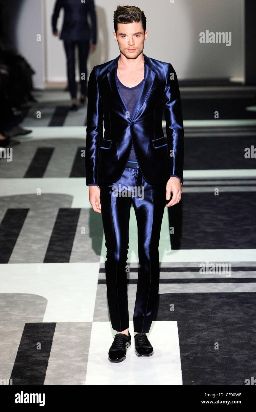 Gucci Milan Listo Para Vestir Primavera Verano Hombres Vestidos De Traje Pantalón Azul Oscuro Metalizado Fotografía De Stock Alamy