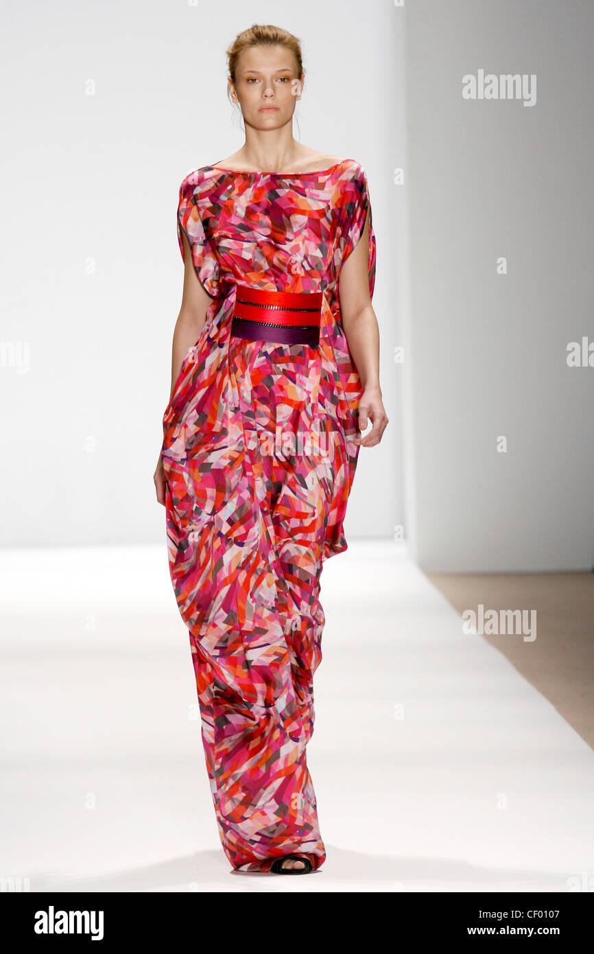 Flowing Purple Dress Imágenes De Stock & Flowing Purple Dress Fotos ...