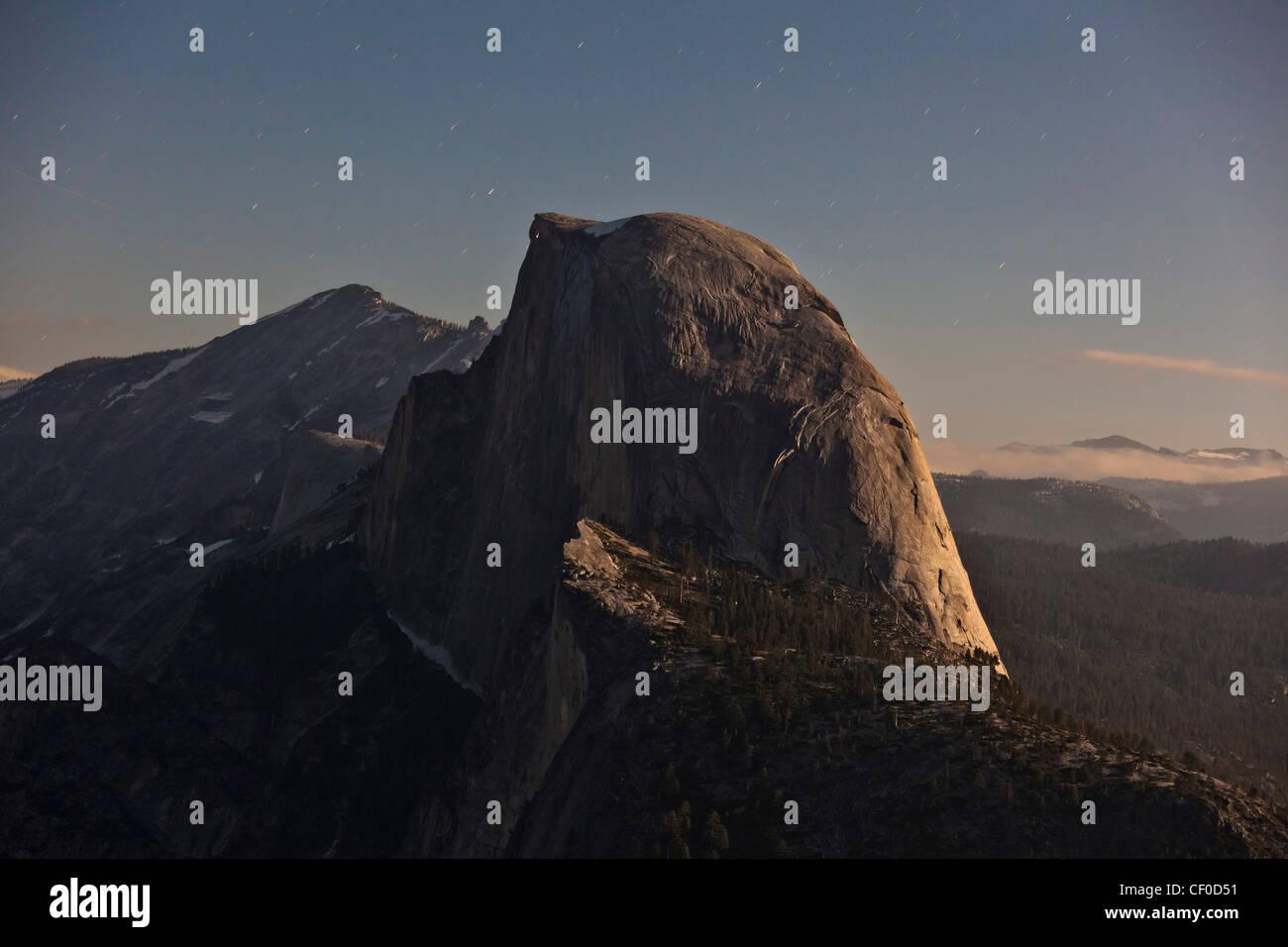 Half Dome, iluminadas por la luz de la luna como se ve desde el glaciar de punto - El Parque Nacional Yosemite, California Foto de stock