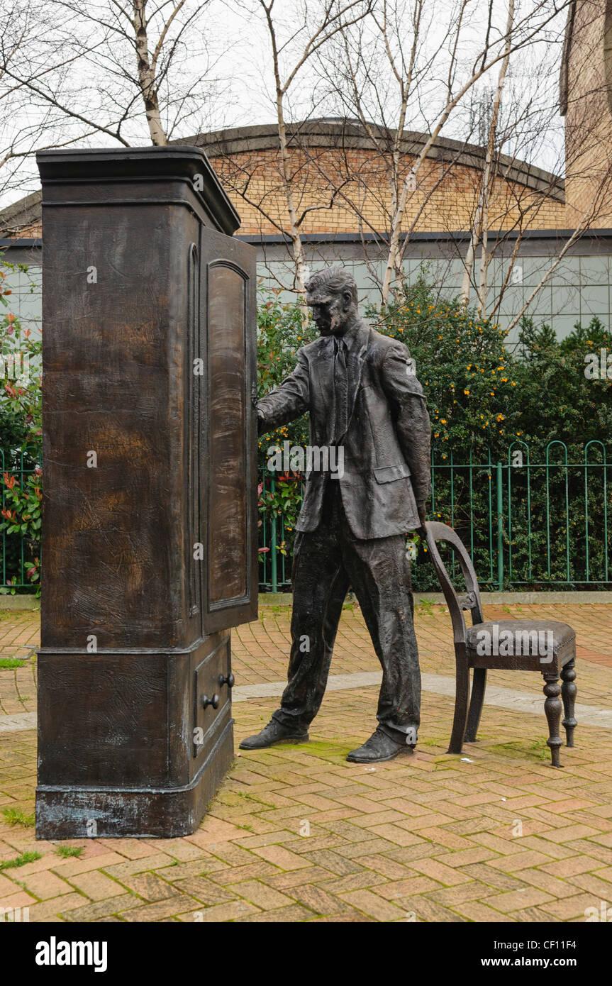 CS Lewis estatua de bronce en Belfast, CONMEMORANDO EL LEÓN, LA BRUJA Y EL ARMARIO Foto de stock