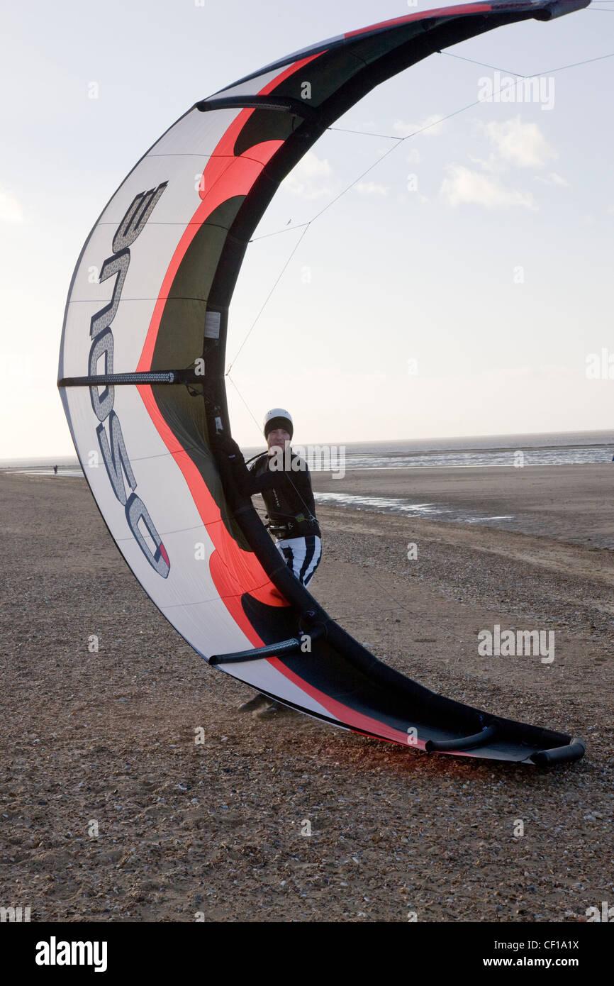 Windsurf y kitesurf en la playa en Hunstanton, Norfolk Imagen De Stock