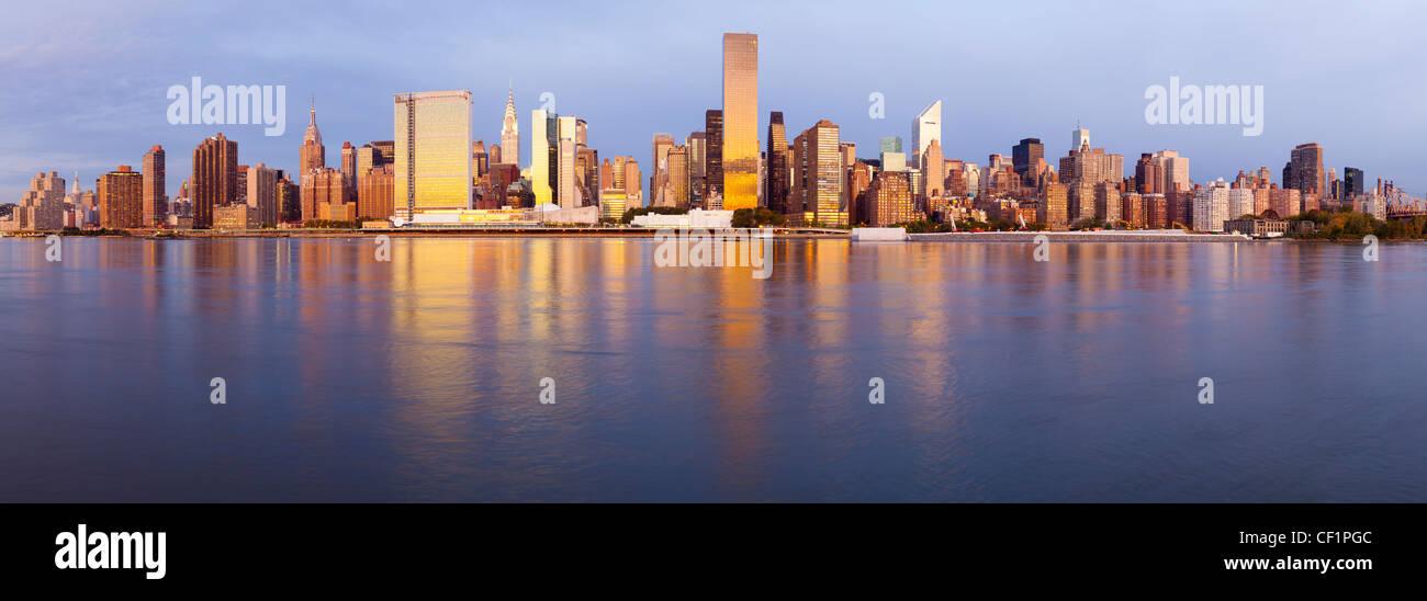 Horizonte de Manhattan visto desde el East River, en Nueva York, Estados Unidos de América Foto de stock