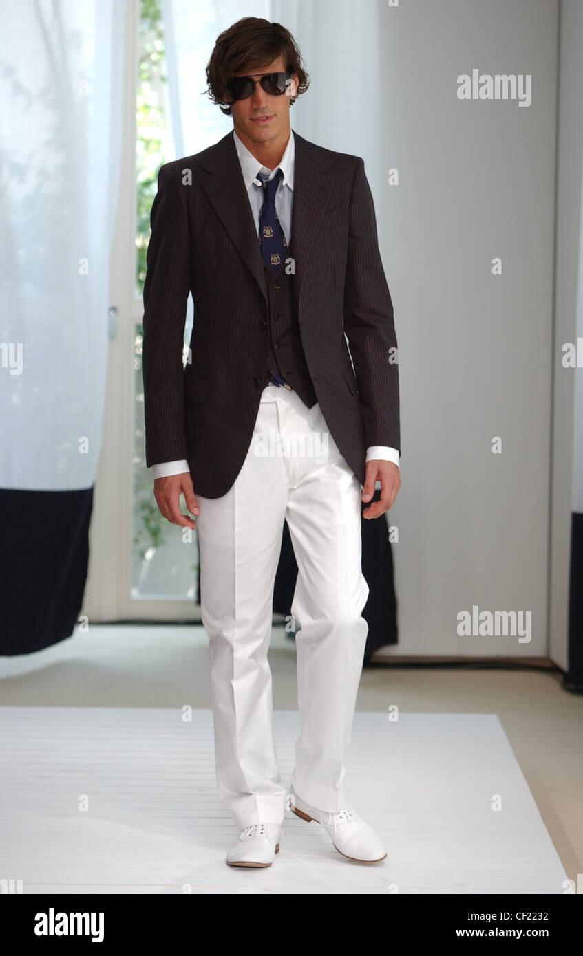 444fe372754 La moda masculina de Milán Trussardi S S hombres vestidos de traje negro y  tonos de chaqueta y pantalones blancos con zapatos blancos habitación  blanca, ...