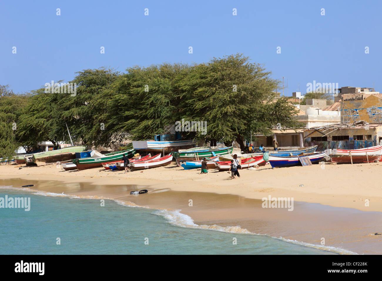 Sal Rei, Boa Vista, Islas de Cabo Verde. Pequeñas embarcaciones pesqueras en Praia de Diante playa del puerto Imagen De Stock