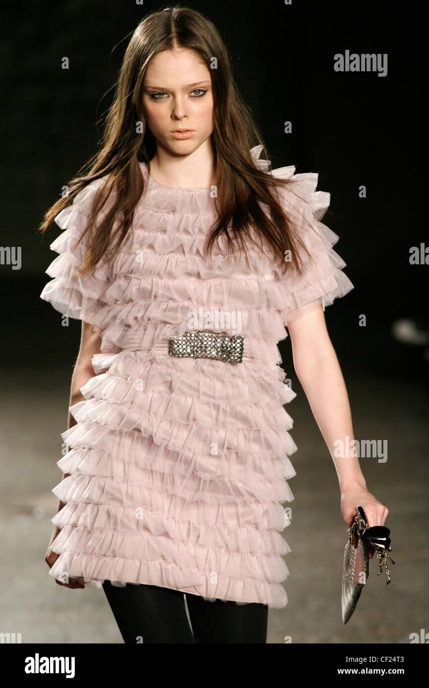 Luella Bartley de Nueva York listo para ponerse morena cabello largo otoño  invierno vestidos de rosa 703055a1c4b