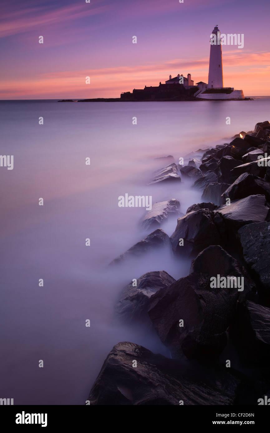 Pre-alba rosa cielos de St Mary's Island y faro cercano a Whitley Bay. Foto de stock