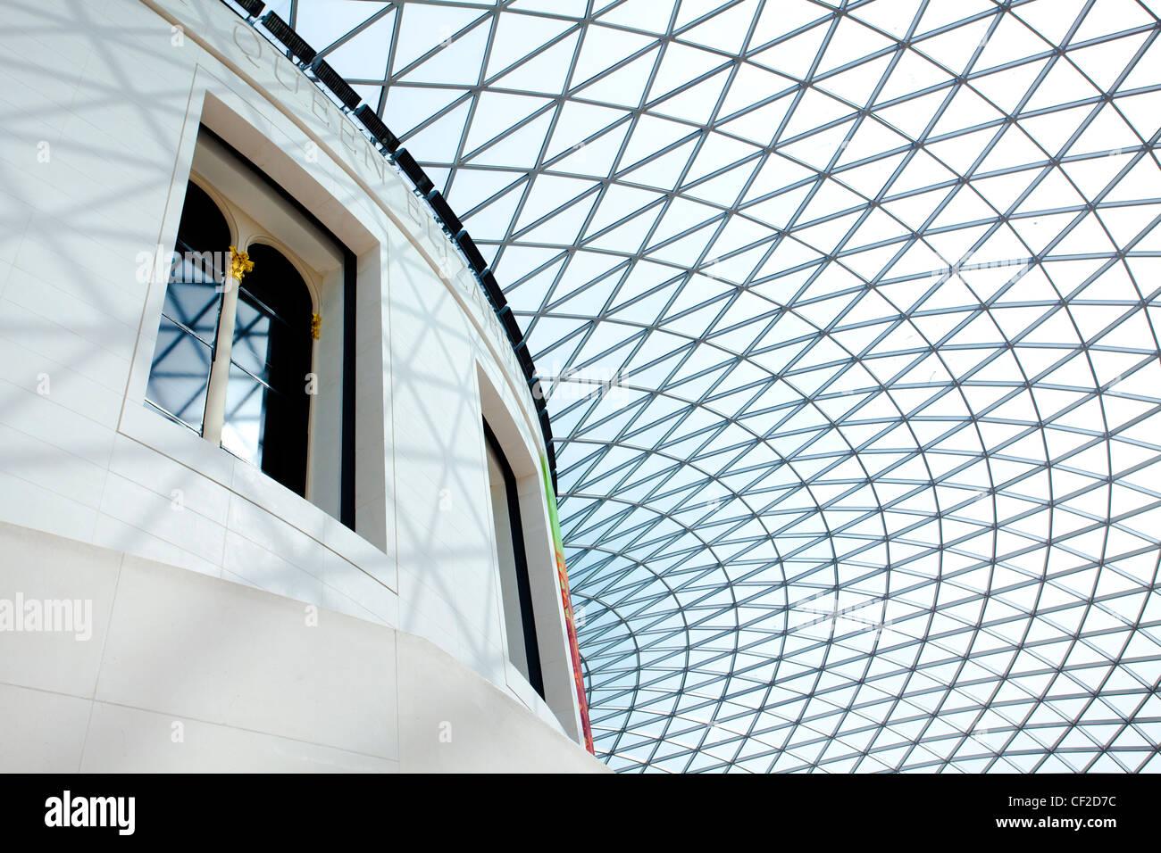 El techo de cristal que cubre el Queen Elizabeth II Great Court en el Museo Británico. Imagen De Stock