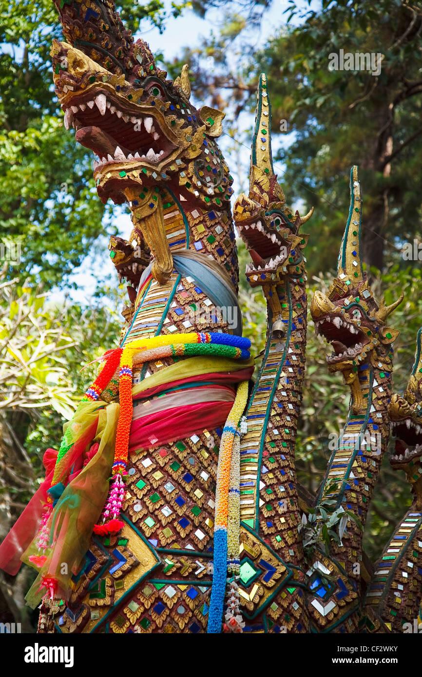 Los dragones custodiaban un templo budista tailandés; Tailandia Chiang Mai Foto de stock
