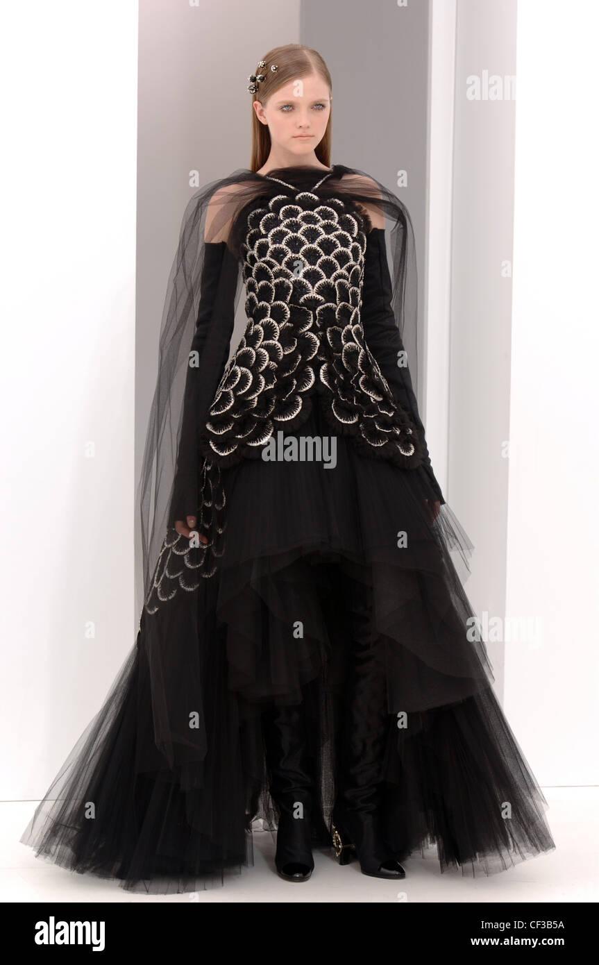 aa3f6d18c Chanel de Alta Costura de París otoño invierno Morena luciendo un modelo  negro vestido de noche flolength applique detalle y en capas net