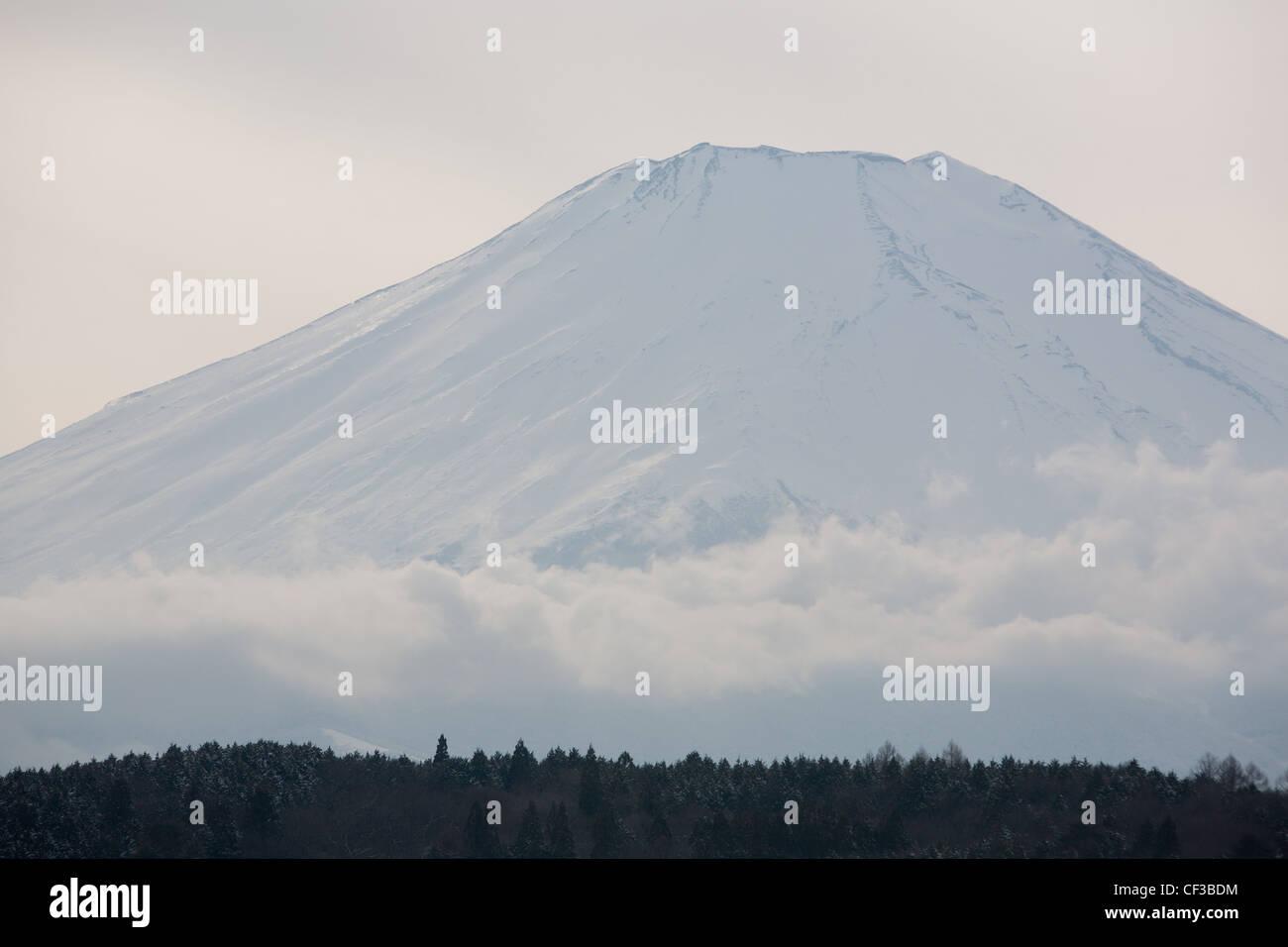 El monte Fuji, visto desde el lago Yamanaka, en Japón, el martes 28 de febrero de 2012. Foto de stock