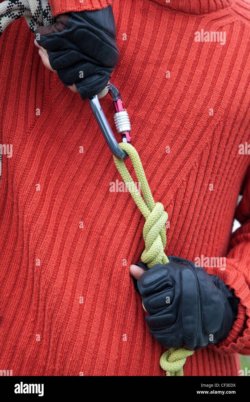 Hombre con los equipos de enlace de cuerda Imagen De Stock
